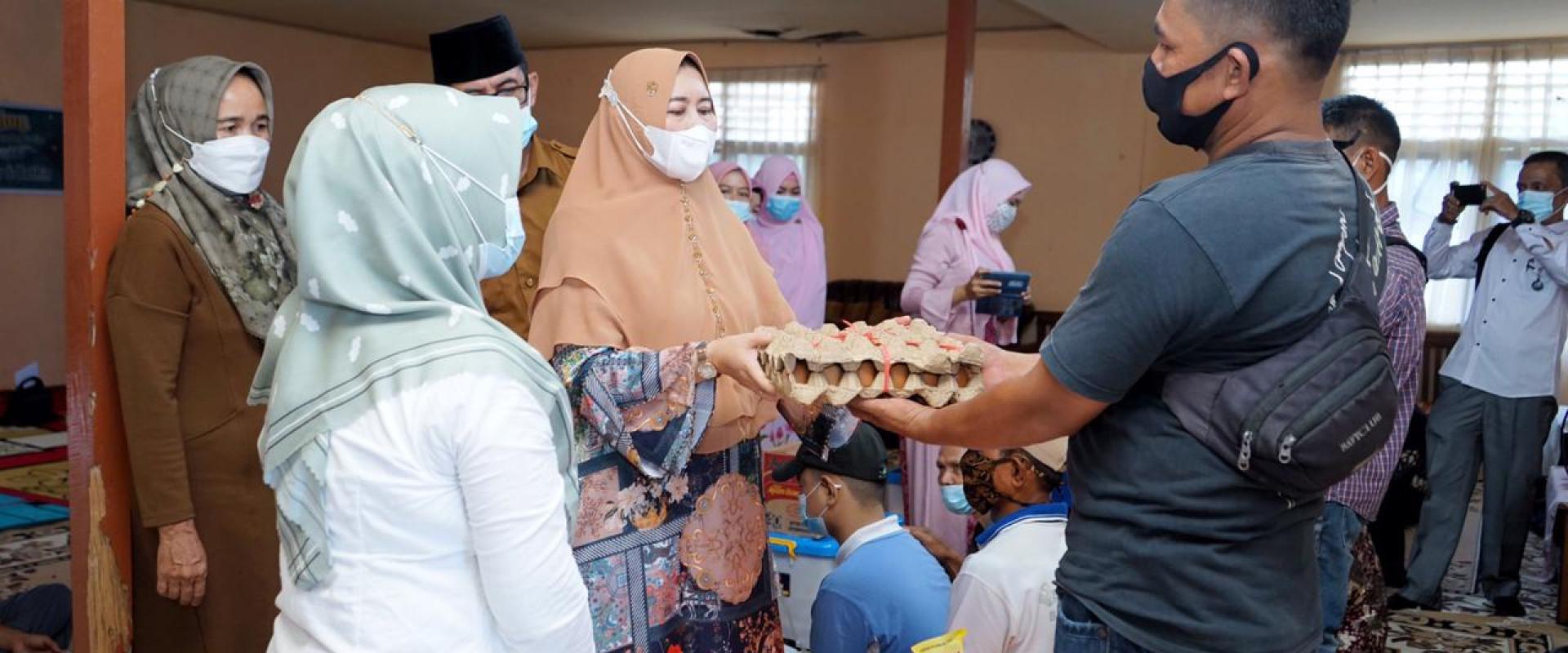 Kunjungi Rumah Singgah Baiturrahman Dinas Sosial, Hj.Zulaikha Wardan bagikan santunan 20 paket sembako