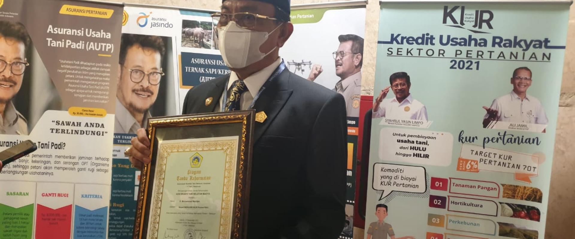 """Bupati HM.Wardan terima penghargaan """"Adhi Bhakti Tani Nelayan Madya"""""""