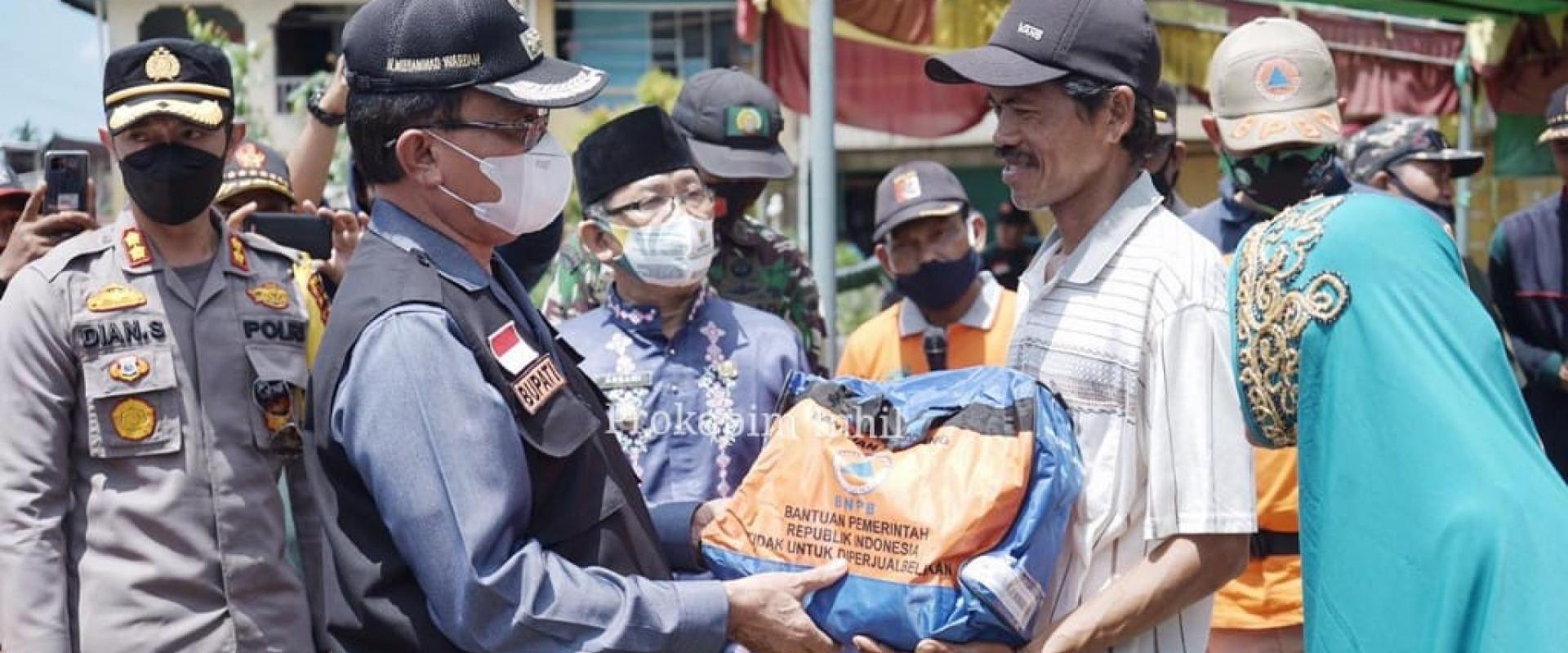Tinjau korban Bencana Alam di  desa Sanglar, Bupati HM.Wardan Salurkan Bantuan